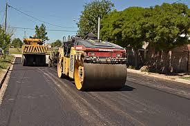Anuncian obras de asfalto en 700 cuadras de barrios platenses por $150 Millones