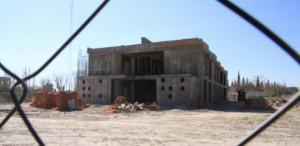 Dos escuelas sin terminar por la misma constructora