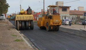 Ingeniería y Arquitectura SRL. Construye las obras de asfalto en Viedma en Gallardo y Saavedra
