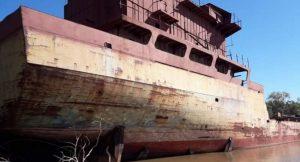 """La increíble historia del """"barco fantasma"""" que ahora reposa en un riacho cerca de Bella Vista"""
