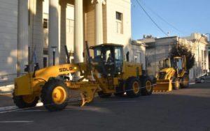 Trenque Lauquen licita dos máquinas viales: motoniveladora y pala cargadora