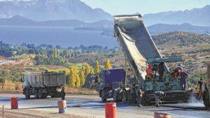 El asfalto avanza sobre la Ruta 23 y llega a las puertas de Dina Huapi